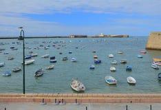 Meer, Fischerboote und Festung Cadiz, Spanien Stockfoto