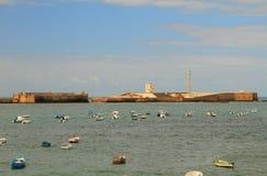 Meer, Fischerboote und Festung Cadiz, Spanien Lizenzfreie Stockfotografie