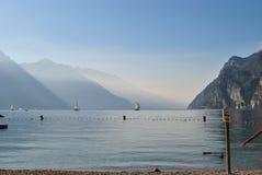 Meer Garda en boten Stock Foto's