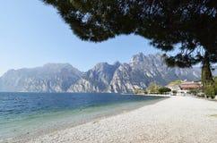 Meer Garda en de bergen die van Torbole-strand worden gezien Stock Afbeelding
