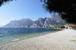 Meer Garda en de bergen die van Torbole-strand worden gezien Royalty-vrije Stock Afbeelding