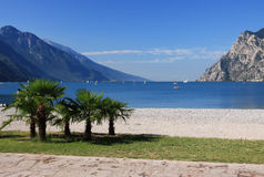 Meer Garda in Italië, door de Alpen wordt omringd die royalty-vrije stock fotografie