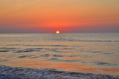 Meer gefärbt durch die Sonne Lizenzfreie Stockfotografie