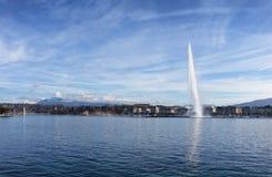 Meer Genève Zwitserland met waterfontein en blauwe hemel met cl Stock Foto's