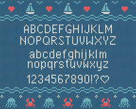 Meer gestrickter Guss Gestricktes lateinisches Alphabet auf Seethema kopiert Hintergrund Stockfoto