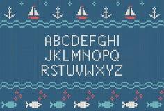 Meer gestrickter Guss Gestricktes lateinisches Alphabet auf Seethema kopiert Hintergrund Woolen gestrickte Beschaffenheit Nordisc Stockfoto