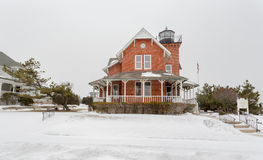 Meer geumgürteter Leuchtturm im Schnee Lizenzfreies Stockbild