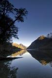 Meer Gunn, in het Nationale park van Fiordland, Zuideneiland, Nieuw Zeeland. Stock Fotografie