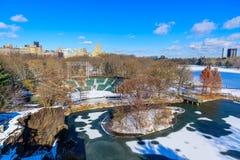 Meer in het Central Park van de Stad van New York in de winterlandschap, de V.S. royalty-vrije stock afbeeldingen