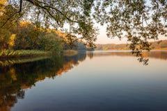 Meer in het de herfstseizoen royalty-vrije stock fotografie