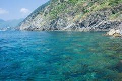 Meer, Himmel, Küste und Berge, Hintergrund mit einem Kopienraum Schöner Meerblick Küste Cinque Terres von Vernazza lizenzfreies stockfoto