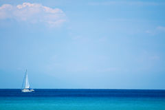 Meer, Himmel und Yacht Lizenzfreie Stockfotografie