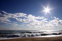 Meer, Himmel, Wolken, Sonne und Wellen Stockbilder