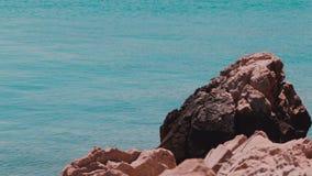 Meer hinter den Felsen Tisno, Kroatien stock video