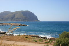 Meer, Küste und Montierungen, Palermo Stockfotografie