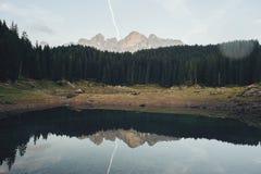 Meer Karersee Lago Di Carezza in het Dolomiet in Italië stock afbeelding