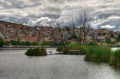 Meer Kastoria en de stad van Kastoria, in Griekenland Stock Foto's