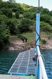 Meer Komani, Albanië - Mei 18, 2017: Aan boord van ochtendmeer Komani stock afbeelding