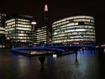 Meer Londen bij de Brug van Londen, bij nacht stock afbeelding