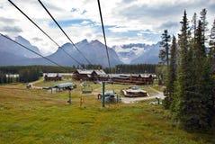 Meer Louise Cable Car in het Nationale Park van Banff stock foto