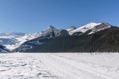 Meer Louise, CANADA - MAART 20, 2019: bevroren meer en bergen met sneeuwpieken royalty-vrije stock afbeeldingen