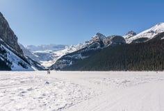 Meer Louise, CANADA - MAART 20, 2019: bevroren meer en bergen met sneeuwpieken royalty-vrije stock afbeelding