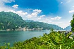 Meer Lugano, Campione D ` Italië, Italië Mening van de kleine stad, beroemd voor zijn casino, en Meer Lugano op een mooie de zome Royalty-vrije Stock Foto's