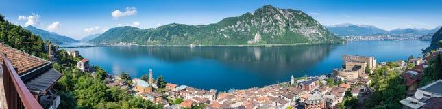 Meer Lugano Panorama van Campione D ` Italië, beroemd voor zijn casino Op de achtergrond op het recht de stad van Lugano royalty-vrije stock fotografie