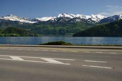 Meer Luzerne en weg stock foto