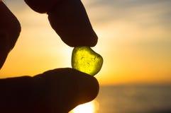 Meer machte grünes Glas in der Hand glatt lizenzfreie stockfotografie