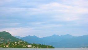 Meer Maggiore en Alpen stock video