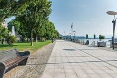 Meer Maggiore, Italië Stad van Arona en lakefront promenade Belangrijke toeristentoevlucht op Meer Maggiore op een mooie de zomer stock foto's