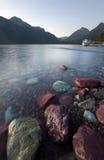 Meer McDonald, het Nationale Park van de Gletsjer, bij Schemering Stock Foto's