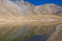 Meer met bergbezinning, Volcano Nevada de Toluca, Mexico Stock Foto