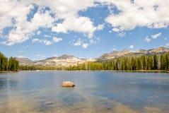 Meer met bergen stock foto