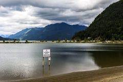 Meer met bergen op de achtergrond in Harrison Hot Springs, Royalty-vrije Stock Foto