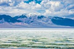 Meer met bezinning van bergen en wolken op water Royalty-vrije Stock Afbeelding
