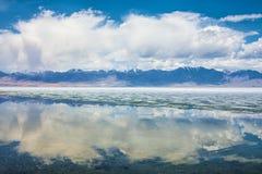 Meer met bezinning van bergen en wolken op water Royalty-vrije Stock Fotografie