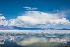 Meer met bezinning van bergen en wolken op water Royalty-vrije Stock Afbeeldingen