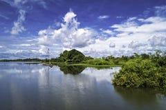 Meer met Bezinning van Cumuluswolken, landschap met dramatische mooie wolken royalty-vrije stock foto