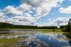 Meer met bezinning van wolken Stock Afbeeldingen