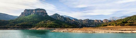 Meer met de bergenpanorama van de Pyreneeën Stock Foto