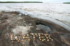 Meer met duidelijke water en rotsen Royalty-vrije Stock Foto
