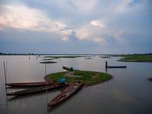 Meer met kano in Khao-tropische regenwoud van het yai het nationale park Royalty-vrije Stock Foto
