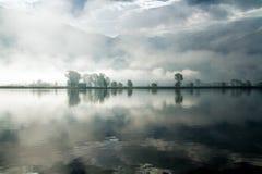 Meer met mist stock afbeelding
