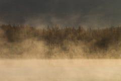 Meer met mist in de ochtend stock afbeeldingen