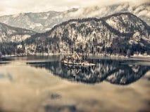 Meer met St Mary ` s kerk, Slovenië wordt afgetapt dat Royalty-vrije Stock Foto's