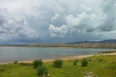 Meer met wolken vóór het onweer Stock Afbeeldingen