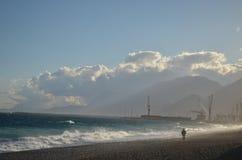 Meer mit anhebendem Kran und Wolken Lizenzfreies Stockfoto