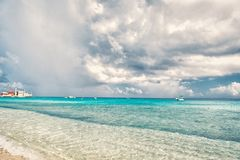 Meer mit Booten und Hafen im großartigen Türken, Turks and Caicos Islands Meerblick mit Türkiswasser auf bewölktem Himmel Sommer lizenzfreie stockfotos